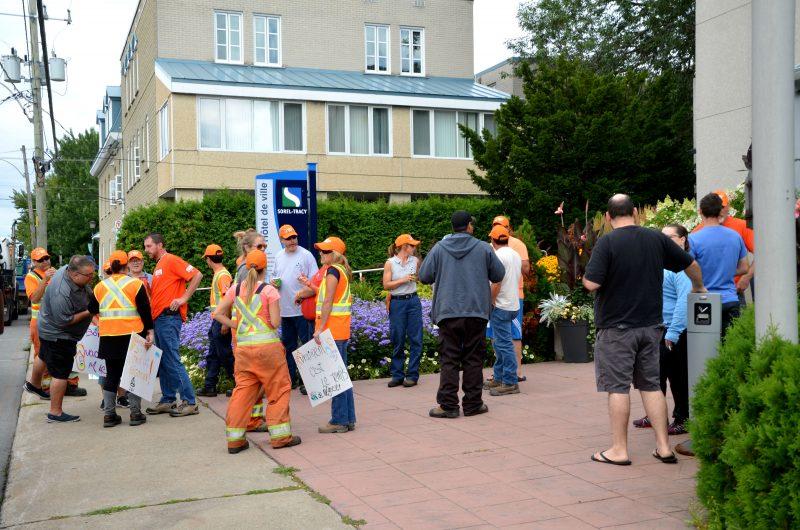 Une trentaine d'employés de la Ville de Sorel-Tracy manifestaient le 7 août pour faire avancer les négociations de leur convention collective. | Photos: TC Media - Julie Lambert