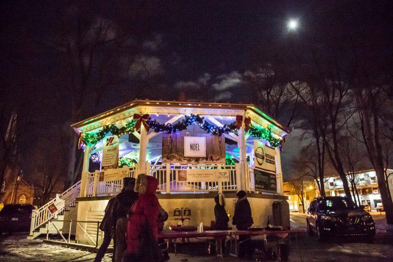 Les visiteurs peuvent entrer dans huit maisonnettes décorées. Ces installations, fournies par la Ville de Sorel-Tracy, accueillent une quinzaine d'exposants de la région. | Pascal Cournoyer