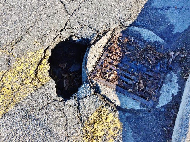 Ce cratère est situé au coin des rues des rues Brébeuf et Carignan à Sorel-Tracy. | TC Média – Jean-Philippe Morin