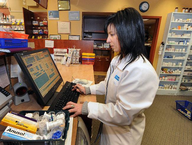 L'adoption du projet de loi 28 réduira les honoraires des pharmaciens, mais leur donne l'autorisation d'exercer trois nouveaux actes.   TC Média – Archive