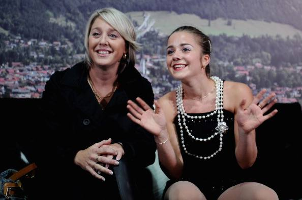 Annie Barabé, en compagnie de sa patineuse Véronik Mallet | Photo: gracieuseté