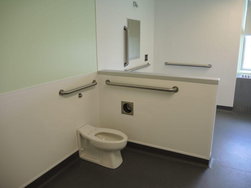 Toute l'unité a été construite avec des éléments appelés antisuicide : des barres d'appui au support à papier de toilette, de la tuyauterie aux poignées de porte. | TC Média - Sarah-Eve Charland