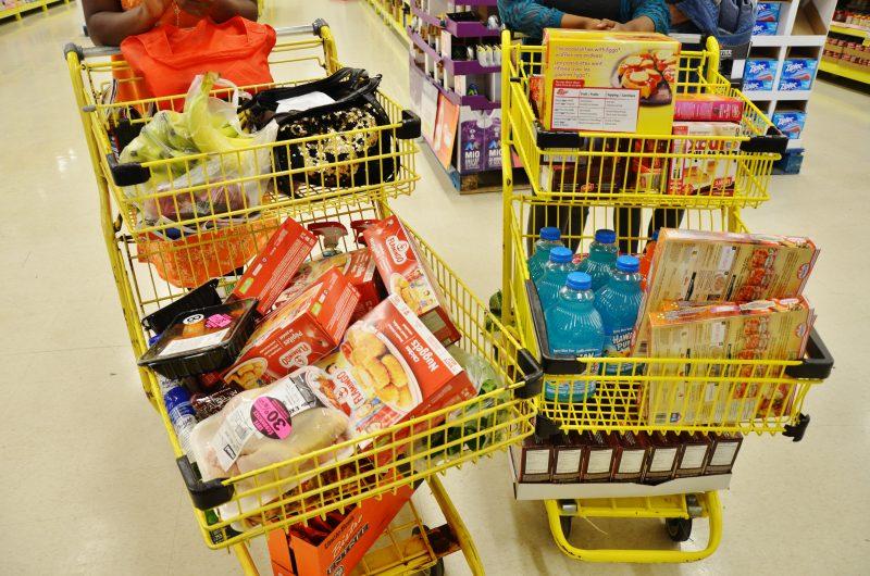 Rose-Beth Dantiste a économisé 60% de sa facture d'épicerie de 331$ en utilisant les coupons et les imbattables. | Photo : TC Média - Julie Lambert