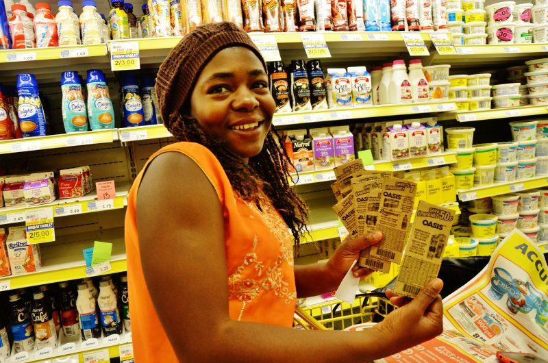 La couponneuse Rose-Beth Dantiste achète en gros et en utilisant des coupons afin de sauver des sous pour nourrir sa famille de quatre personnes. | Photo : TC Média - Julie Lambert