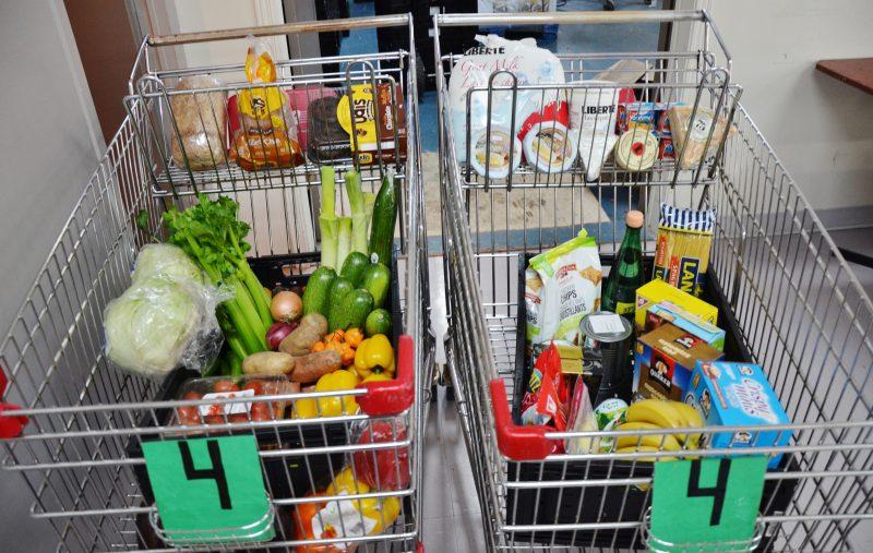 Une famille de quatre personnes partira avec deux paniers remplis de produits frais comme des légumes, du lait et du fromage. | Photo: TC Média - Julie Lambert