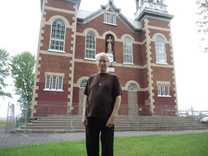 Le prêtre Lionel Émard espère que le terrain de l'église Saint-Gérard soit transformé en un lieu de rassemblement. | TC Média - Sarah-Eve Charland