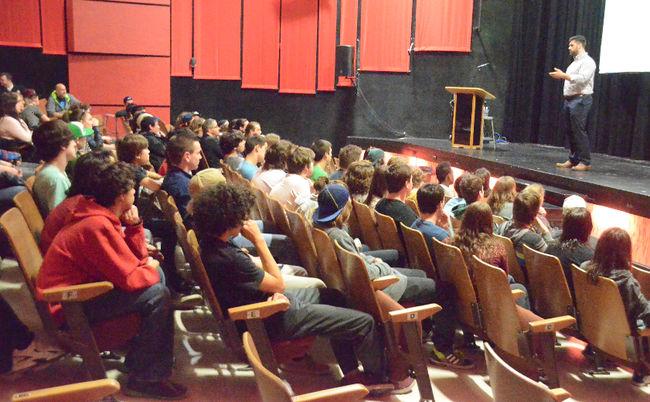Laurent Duvernay-Tardif a donné une conférence devant des jeunes de secondaire fort intéressés le 31 mars. | PHOTO TC Média – Jean-Philippe Morin