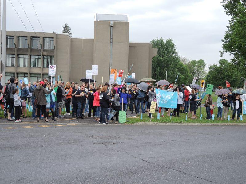Plus d'une centaine d'enseignants ont manifesté ce matin devant l'école secondaire Fernand-Lefebvre à Sorel-Tracy. | TC Média - Sarah-Eve Charland