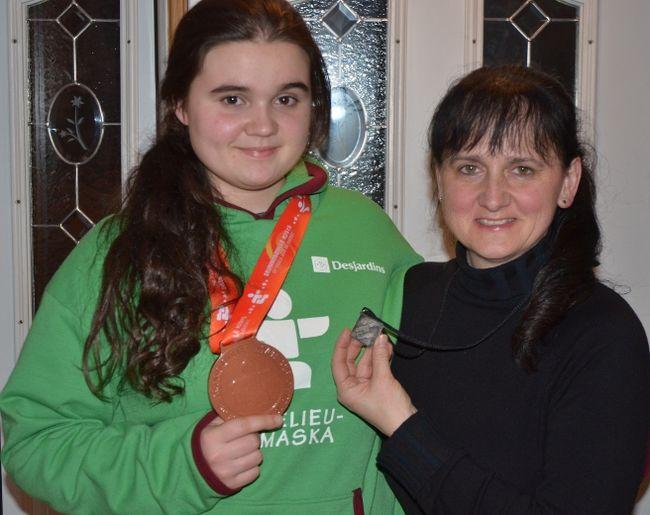 Florie-Anne Morvan tenant sa médaille de bronze en compagnie de sa mère, Manon Joyal, tenant sa médaille d'argent des Jeux du Québec en 1987. | PHOTO gracieuseté