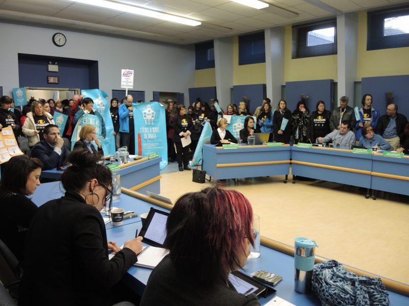 Une centaine d'enseignants sont venus exprimer leur désaccord face aux propositions patronales dans le cadre des négociations de la convention collective au conseil des commissaires.   TC Média - Sarah-Eve Charland