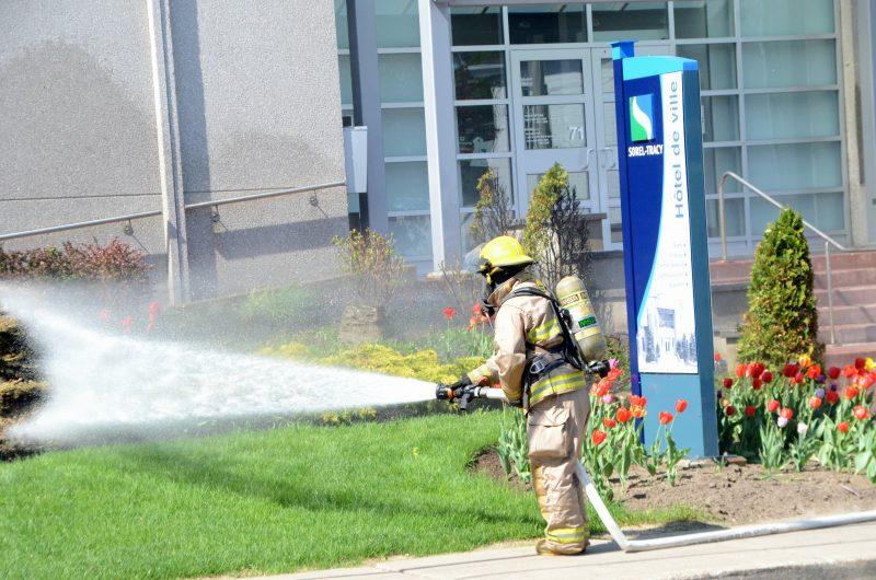 Les pompiers sorelois ont rapidement maîtrisé le feu de paillis de jardin devant l'hôtel de ville de Sorel-Tracy. | Photo: TC Média - Jean-Philippe Morin