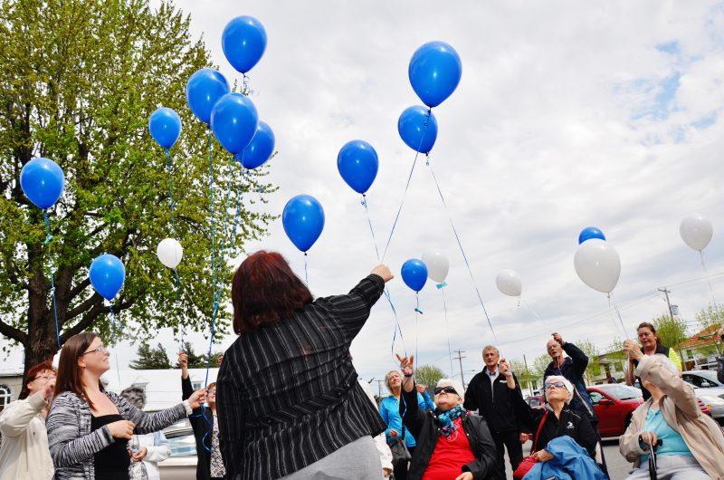 Une vingtaine de personnes étaient réunies pour une envolée de ballons dans le stationnement du centre Desranleau à Sorel-Tracy dans le cadre de la journée mondiale de fibromyalgie, le 12 mai dernier. | TC Média - Julie Lambert