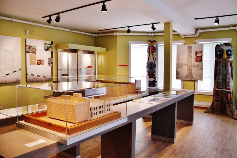 Les portes du Musée des Abénakis sont ouvertes aux visiteurs avides de découvrir sa nouvelle exposition célébrant son 50e anniversaire. | Photo : Gracieuseté