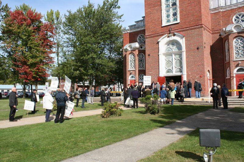 Des opposants ont profité de la journée de la désacralisation de l'église pour manifester contre sa vente et sa démolition éventuelle. | TC Média - Gracieuseté Pascal Gill