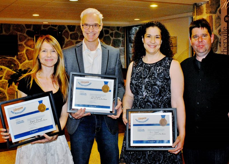 Régine Simard, Yvon Quintal et Sonia Benoit ont reçu un hommage de la Ville de Boucherville pour avoir sauvé la vie d'Éric Delisle (à droite). | Photo:TC Media – Martin Grenier/PPM