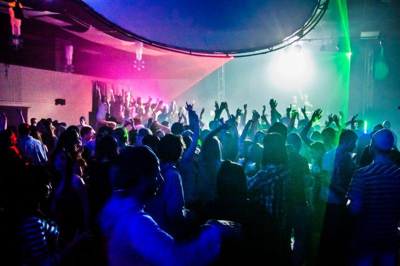 De nombreuses personnes s'étaient rassemblées à un party de fin de session à la salle JaniBer en 2011. | Remz photography