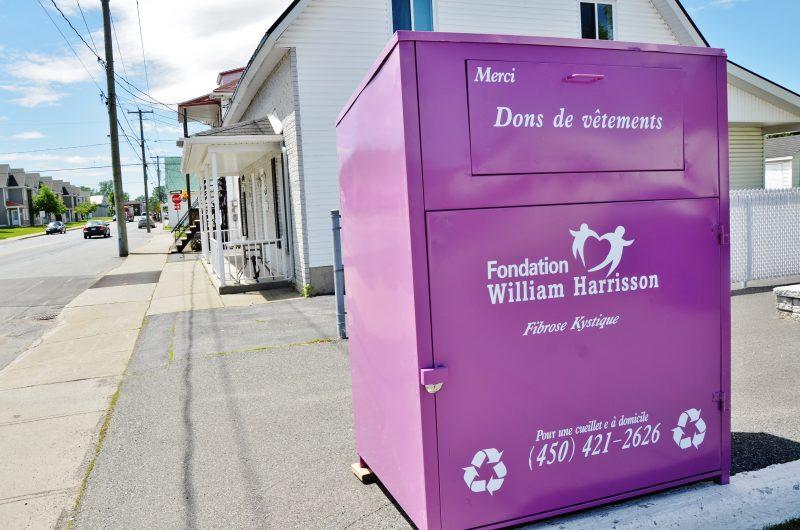 Des boîtes de dons de vêtements sont apparues au cours des derniers jours à Sorel-Tracy pour une fondation de Berthierville alors que le règlement municipal l'interdit.   Photo : TC Média – Julie Lambert
