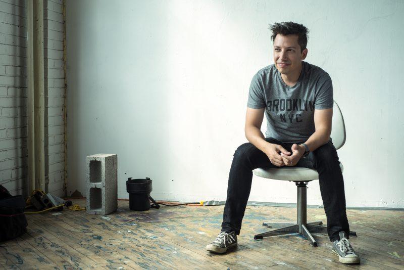 L'auteur-compositeur-interprète André Papanicolaou sera au Marine Cabaret le 30 avril prochain pour présenter son deuxième opus. | Photo : Gracieuseté – Le PetitRusse