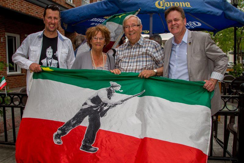 Martin Lajeunesse (à gauche), Louis Plamondon (deuxième à droite) et Sylvain Rochon (à droite) ont rendu hommage à Paulette Cardin Éthier (deuxième à gauche) pour son dévouement hors du commun de 25 ans à la cause de l'indépendance du Québec. | TC Média - Pascal Cournoyer