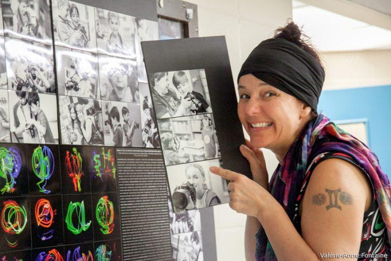 Publié le 24 octobre 2017 | La photographe NathB a offert une surprise avec son équipe aux jeunes de l'école en leur apportant une grande mosaïque exposant des photos de chacun avec leurs oeuvres de light painting. | Photos par TC Média - Gracieuseté Valérie-Anne Fontaine