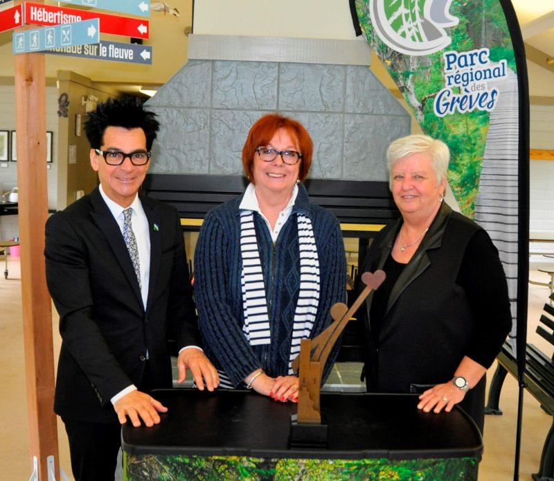 Fabienne Desroches, présidente du Parc régional des Grèves, entourée de Serge Péloquin et de Suzanne Dansereau.