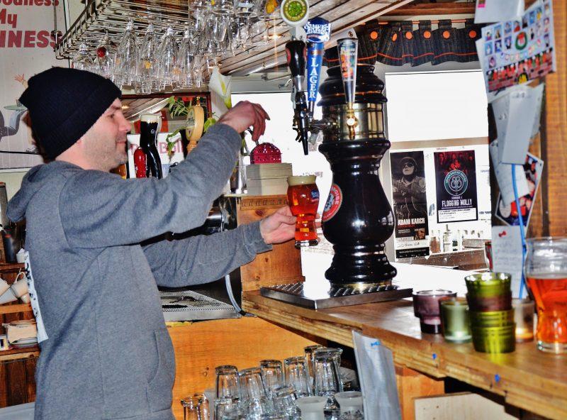 Alexandre Gauthier, du Pub O'Callaghan, constate l'insatisfaction de la clientèle en raison de cette loi. | Photo : TC Média – Julie Lambert
