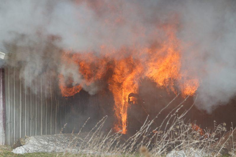 Un incendie s'est déclaré dans un bâtiment de ferme, qui contenait quelques animaux, ce matin dès 11h25 sur le rang St-Thomas à Saint-Robert.   TC Média - Pascal Cournoyer