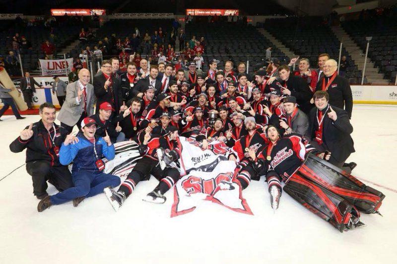 Francis Beauvillier et ses coéquipiers de l'Université du Nouveau-Brunswick ont gagné le Championnat universitaire canadien, à Halifax, le 20 mars dernier. | Photo: tirée de Facebook
