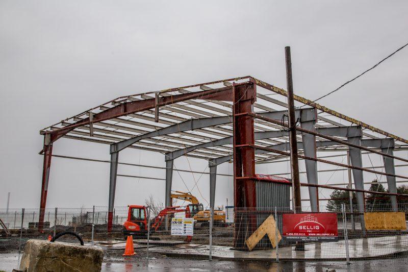 Le Bâtiment H, sur le quai Catherine-Legardeur, est rénové pour faire place à un restaurant. | TC Média - Pascal Cournoyer