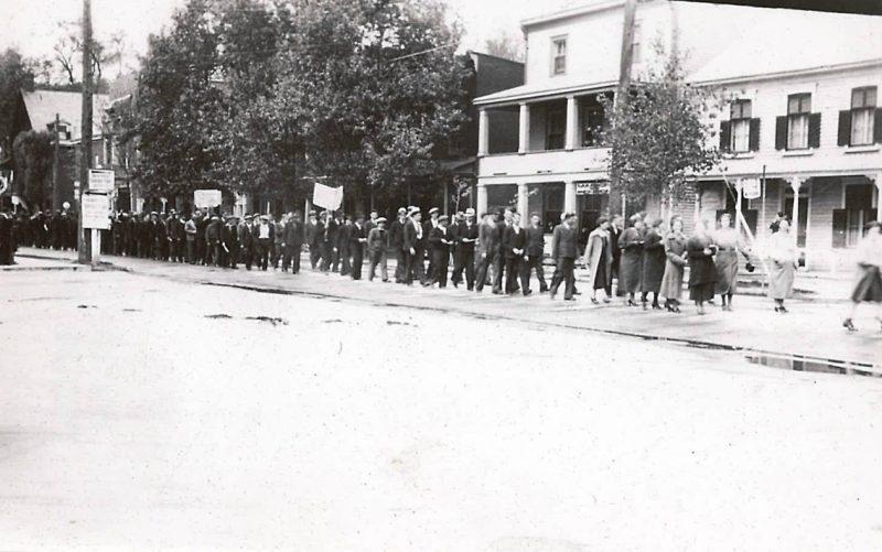 Les travailleurs ont été l'objet de nombreuses marches d'appui dans les rues de Sorel, tout au long de ces six mois de grève. | Photo: Société historique Pierre-de-Saurel, Fonds Alphérie Émond