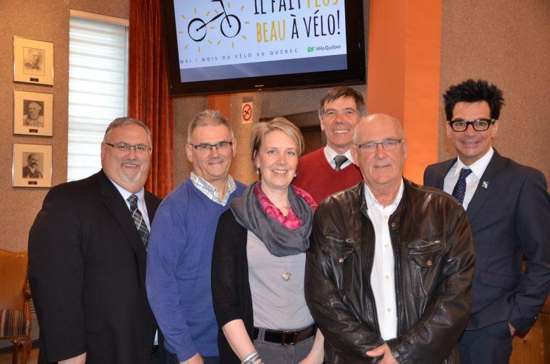 Alain Maher, Paul Franche, Marie Ouellet, Pierre Dauphinais, Alain Ferland, en compagnie du maire Serge Péloquin, ont organisé le Mois du vélo. | TC Média - Sarah-Eve Charland