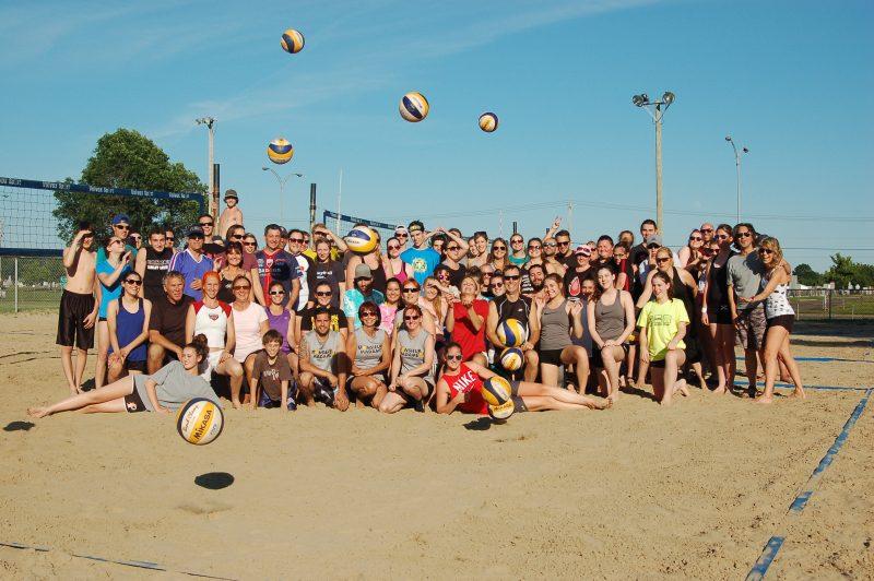 Une centaine de joueurs pratique le volley-ball de plage au parc Pelletier tout l'été. | Photo: Gracieuseté