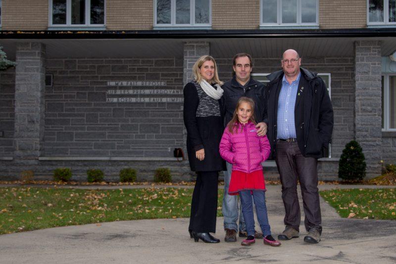 Julie Laberge et Claude Méthot ont acquis la Villa Saint-Joseph à Saint-Ours. Ils sont accompagnés de leur fille et du maire Sylvain Dupuis. | TC Média - Pascal Cournoyer