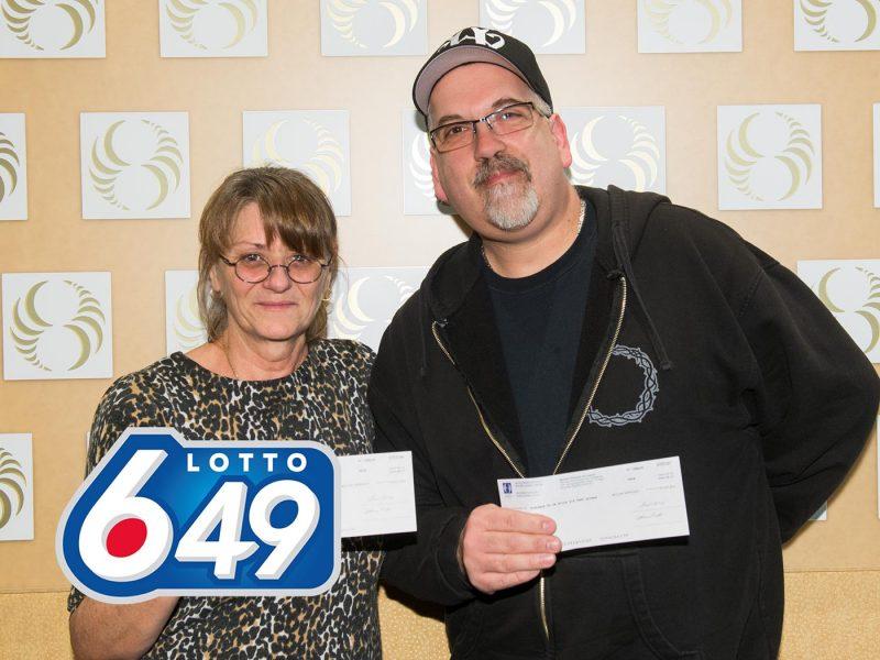 Le couple gagnant d'un lot de 83 230$, Francine Dansereau et Sylvain Forget. | LOTO-QUEBEC