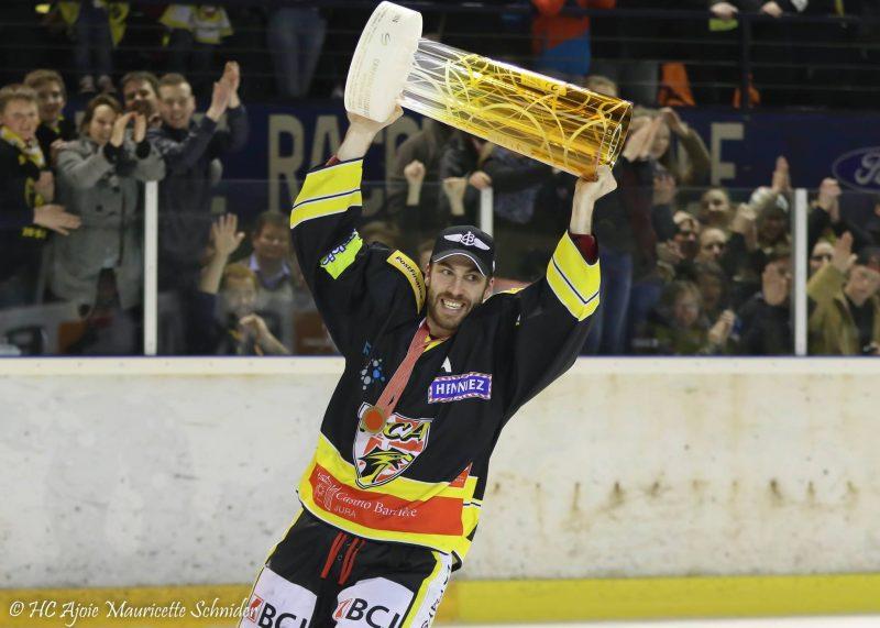 Philip-Michaël Pinard-Devos a gagné le championnat en Suisse avec son équipe, le HC Ajoie. | Photo: gracieuseté – Mauricette Schnider