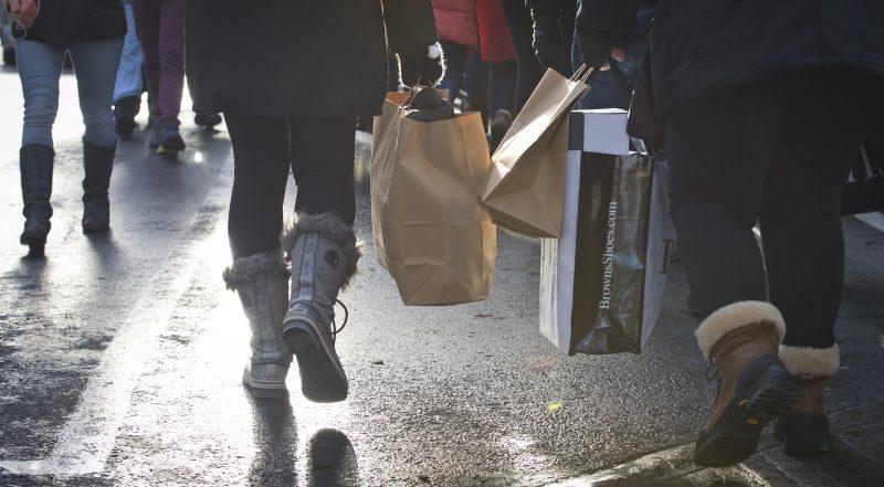 Les gens profitent des rabais pour magasiner lors du Black Friday, Vendredi Fou, sur la rue Sainte-Catherine Ouest, à Montréal en ce vendredi 29 novembre 2013.JOEL LEMAY/AGENCE QMI | JOEL LEMAY/AGENCE QMI/QMI AGENCY