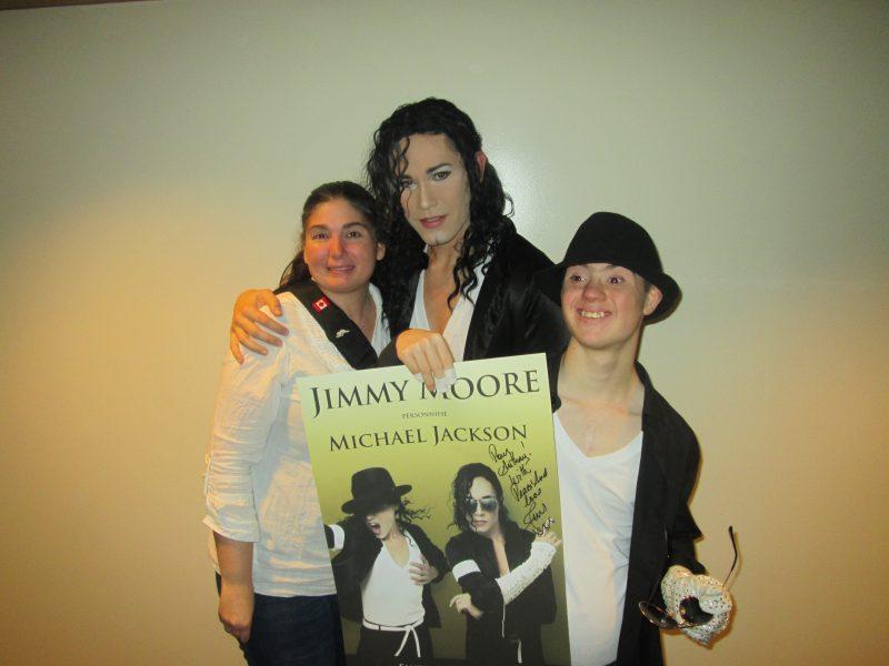 Annick Ouellette et son fils Anthony entourent le personnificateur de Michael Jackson, Jimmy Moore. | Photo: TC Média - gracieuseté
