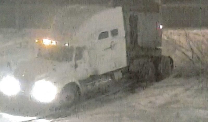 Le camion recherché était de marque «INTER» blanc, modèle 9400 / 9200 avec des lignes bleues sur le côté passager et un logo sur le côté conducteur. Les coûts de nettoyage reliés à chacun des déversements varient entre 4000 $ et 18 000 $. | Gracieuseté