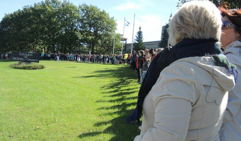 Plus de 100 personnes se sont jointes au mouvement Je sauve mon Cégep à Sorel-Tracy le 1er octobre.   TC Média - Sarah-Eve Charland