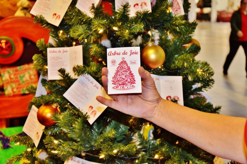 Près de 350 enfants reçoivent pendant les Fêtes des cadeaux offerts par les donateurs venus prendre une carte dans l'Arbre de joie.