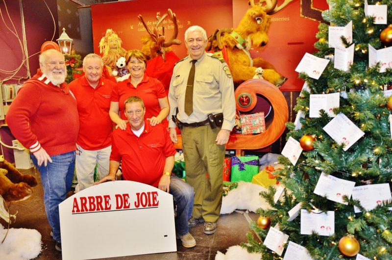 Les bénévoles Jacques Dupuis, Michel Lussier, Jeanne Lemieux, Denis Dumont et le sergent de la Sûreté du Québec (SQ) de la MRC de Pierre-De Saurel, François Monetta.
