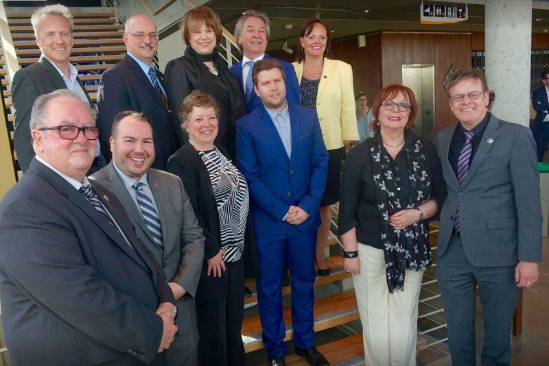 Fabienne Desroches (première rangée, 2e à droite) a assisté à l'annonce de cet investissement en présence d'élus et de deux autres directeurs de cégeps récipiendaires. | Photo: - Gracieuseté
