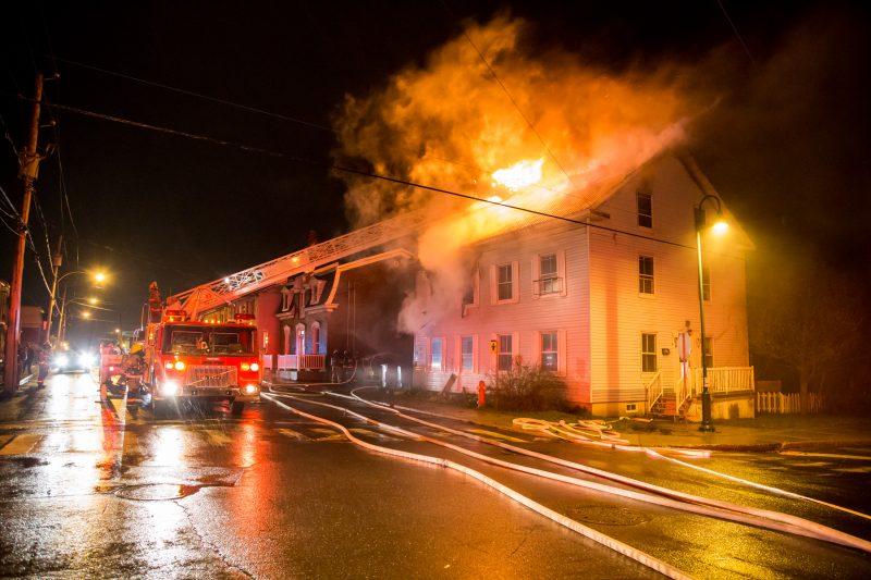 Un incendie qui s'est déclaré vers 2h38 cette nuit dans un édifice à deux logements de la rue Augusta à Sorel a fait un mort. | Photo: TC Media - Pascal Cournoyer, Pascal Cournoyer