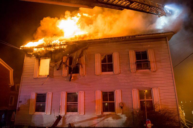 Un incendie qui s'est déclaré vers 2h38 cette nuit dans un édifice à deux logements de la rue Augusta à Sorel a fait un mort.   Photo: TC Media - Pascal Cournoyer, Photo: TC Media - Pascal Cournoyer, Pascal Cournoyer