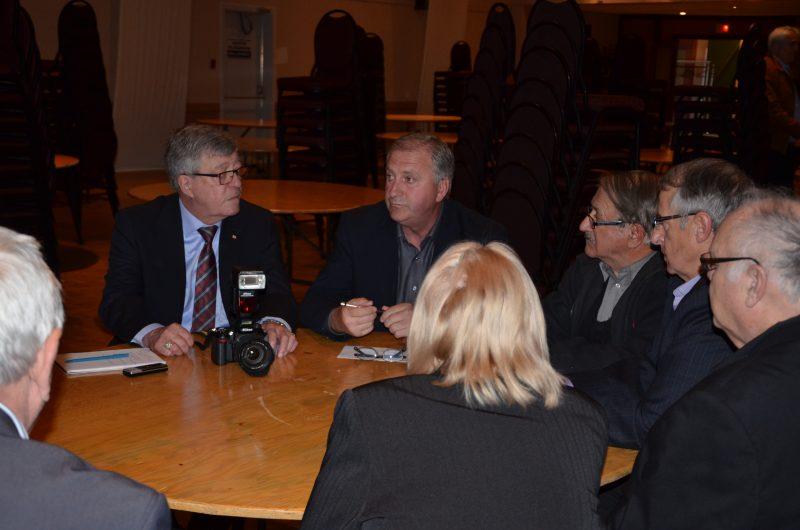 Des agriculteurs ont rencontré l'adjoint au ministre de l'Agriculture, Jean-Claude Poissant le 30 avril. | TC Média - Sarah-Eve Charland