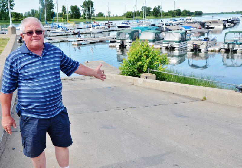 Le citoyen de Saint-Robert, Alain Pelletier, déplore le tarif de 300$ demandé aux non-résidents de Contrecœur pour l'accès au quai municipal. | TC Média - Julie Lambert