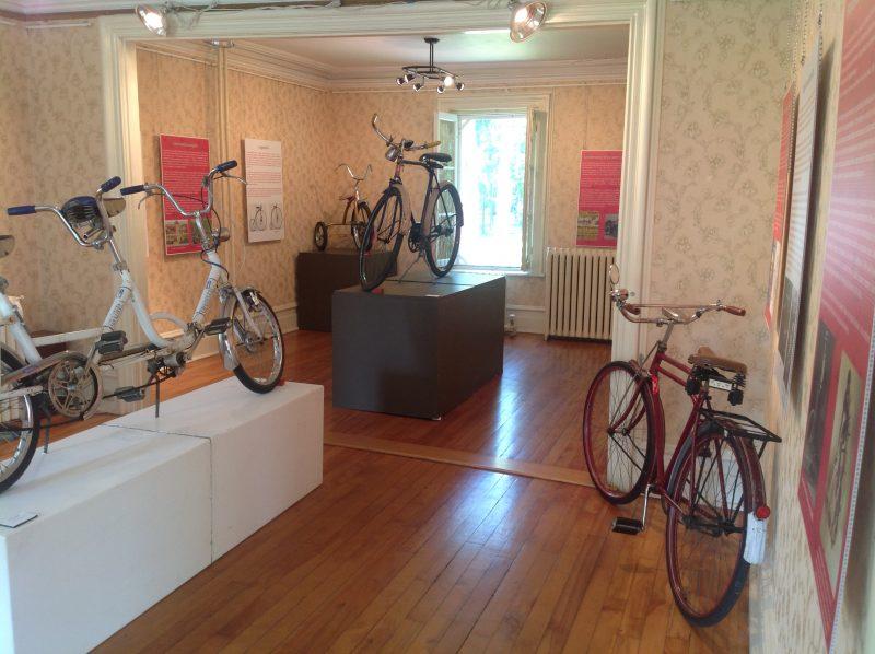 Les vélos sont en location à la Maison Lenoblet-du-Plessis où se tient aussi l'exposition sur les bicyclettes. | Gracieuseté
