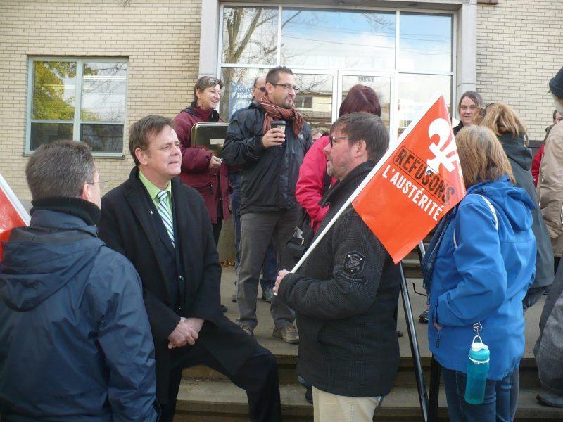 Plusieurs organismes communautaires de la région ont manifesté ce matin devant le bureau du député Sylvain Rochon. | tirée de Facebook
