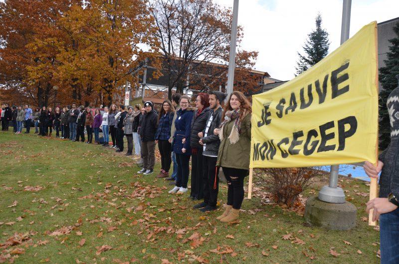 Soixante-huit personnes ont créé une chaîne humaine ce midi au Cégep de Sorel-Tracy pour dénoncer les mesures d'austérité. | TC Média - Sarah-Eve Charland