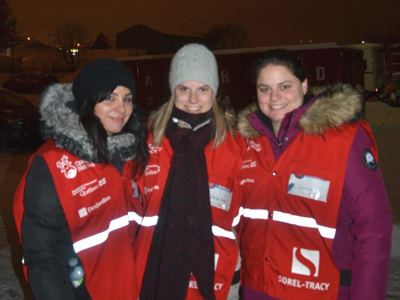 Julie Lambert, Sarah-Eve Charland et Jessica Charland se sont portées volontaires en tant que bénévoles à Opération Nez rouge. | Photo: Gracieuseté